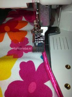 Zelf werk ik vaak halslijnen af met elastisch paspelband. Ik vind dat erg mooi staan. Al menigmaal is mij gevraagd hoe ik elastisch paspelband verwerk. Eindelijk heb ik tijdens het naaien eens foto's