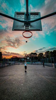 ITAP of basketball court during sunset. Street Basketball, Basketball Art, Basketball Pictures, Love And Basketball, Dark Photography, Creative Photography, Basketball Background, Michael Jordan Basketball, Basketball Photography
