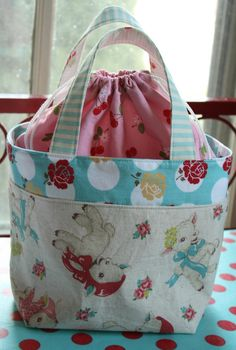 Elastic at top or drawstring! I spy some darling Bearden Bearden Holt fabrics! By Erin @ Why Not Sew? Diy Purse, Tote Purse, Lamb Bags, Sewing Hacks, Sewing Projects, Sac Lunch, Diy Sac, Craft Bags, Fabric Bags