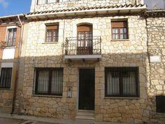 """#BURGOS, #Baños_de_valdearados.- Casa Rural """"Baco"""". Típica casa castellana, dispone de 5 habitaciones dobles, salón comedor, cocina amueblada, dos baños completos y gran terraza acristalada. En el pueblo hay panadería y supermercado. También podréis ver en el pueblo los #Mosaicos_Romanos de la #villa_de_Santa_Cruz. A 15 Km. Santo domingo de Silos, situado entre montañas cuyo atractivo principal es su monasterio de #frailes_Benedictinos y sus famosas #misas_de_cantos_gregorianos."""