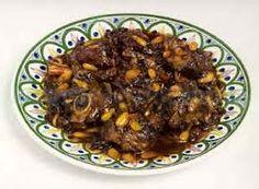 Carne con ciruelas y almendras es una comida agre dulce