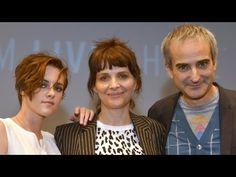 """Kristen Stewart, Juliette Binoche, and director Olivier Assayas discuss """"Clouds of Sils Maria"""" at a press conference during the New York Film Festival. Sils Maria, Kristen Stewart Movies, Juliette Binoche, 2015 Hairstyles, Short Hair Styles, Interview, Clouds, Photoshoot, Eyes"""