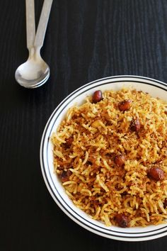 Tamarind rice is one of the delicious South Indian rice preparations. It has nice tangy-spicy taste to it. I have made freshly ground masala for this rice recipe. This is give fantastic flavors to it. This is an authentic tamarind rice recipe. Indian Snacks, Indian Food Recipes, Vegetarian Recipes, Cooking Recipes, Healthy Recipes, Tomato Rice Recipe South Indian, South Indian Food, Tamarind Rice Recipes, Cereal Recipes