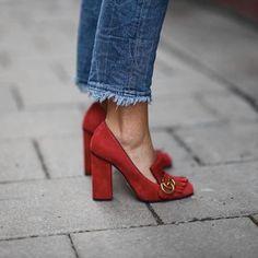 On adore le combo #mocassins rouges à #talons + #jean court effiloché (mocassins @gucci) www.mode-and-deco.com