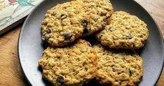 Εξαιρετική συνταγή για Μπισκότα με βρώμη και κομμάτια σοκολάτας. Αυτά τα μπισκότα είναι πραγματικά θεσπέσια. Φτιάχνονται σχετικά εύκολα και καταναλώνονται μετά μανίας. Λίγα μυστικά ακόμα Αν αντικαταστήσετε το 1 κ.γ. σόδα με 2 κ.γ. μπέικιν πάουντερ γίνονται πιο φουσκωτά και αφράτα.Tην... Cravings, Food And Drink, Snacks, Cookies, Sweet, Desserts, Crack Crackers, Candy, Tailgate Desserts