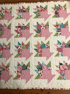 This unique antique quilts is a really inspiring and top-notch idea Half Square Triangle Quilts, Square Quilt, Scrappy Quilts, Mini Quilts, Antique Quilts, Vintage Quilts, Quilting Projects, Quilting Designs, Basket Quilt