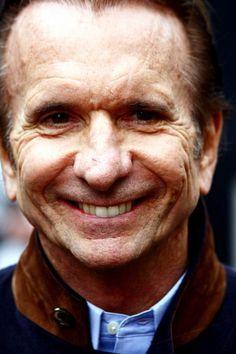 Emerson Fittipaldi1 (São Paulo, 12 de dezembro de 1946) é um ex-automobilista brasileiro. É um dos mais vitoriosos automobilistas brasileiros da história, e foi o primeiro brasileiro a se tornar campeão mundial de Fórmula 1 e em categorias de ponta no automobilismo internacional, abrindo portas para vários compatriotas. Fittipaldi foi bicampeão da Fórmula 1 em 1972 e 1974, http://pt.wikipedia.org/wiki/Emerson_Fittipaldi