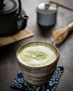 Green Tea Latte – Bitter and sweet taste of matcha green tea mixed with warm milk for a delicious latte. Top with foam and sprinkle with matcha green tea powder. This warm healthy drink is full of antioxidant and perfect for winter days. Matcha Green Tea Latte, Matcha Green Tea Powder, Yummy Drinks, Healthy Drinks, Yummy Food, Healthy Food, Tea Recipes, Cooking Recipes, Café Chocolate