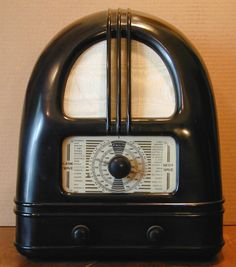 "Philco 444 ""People's Set"" Radio (1936) The British radio was designed for economy and was aimed at a mass market at the dawn of the era of mass media."