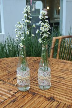 A empresa Mog Diy Bottle, Bottle Crafts, Decoration Table, Table Centerpieces, Flower Vases, Flower Arrangements, Flower Decorations, Wedding Decorations, Deco Table
