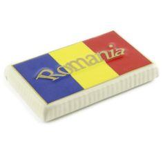"""Acest magnet este realizat din ceramica de culoare alb fildes, liniile fine, aurii conturand steagul Romaniei.Personalizat cu text """"Romania"""" in centru, acest magnet devine suvenirul ideal pentru colectionari si nu numai, ducand un strop din Romania peste hotare.Produsul face parte din colectia Art&Craft. (Ceramic magnet from Romania)"""