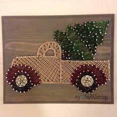 Apporter une petite joie de Noël avec ce camion de sapin de Noël adorable string art. Planche de mesure 7 x 9 pouces. Chaîne et la tache de couleur peut être personnalisée.