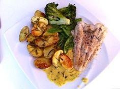 Steinbeißerfilet mit Rosmarinkartoffeln, Brokolie-Schoten Gemüse und Safranbutter-Knoblauch-Zitronen Soße