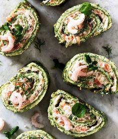 Pinaatti on täydellinen kumppani kylmäsavulohelle ja munakasrulla nappi-idea juhlien buffettiin tai brunssipöytään. Finnish Recipes, Keto, Paleo, Fish Dishes, Avocado Toast, Sushi, Food And Drink, Favorite Recipes, Foods