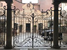 Cortile Café, Corso Cavour, 9 #Novara #novaracentrostorico #cortilerestaurant #café #bar #caffe #restaurant #ristoranti #ape #eleganza #elegance #cortili #courtyards #patio #cours #iposticheamo #ilovenovara #lifestyle #living #novaratoday #bellaitalia #italy #piemonte #cancelli #gates #ferrobattuto