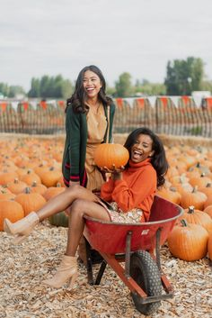 6 Pumpkin Patch Outfit Ideas You Can Wear This Fall - fall fashion - pumpkin patch - pumpkin patch pictures - pumpkin patch pictures friends - best friends - october - fall fashion - fall style - yellow dress - wheel barrow photo Holiday Outfits Women, Cute Fall Outfits, Thanksgiving Outfit, Pumpkin Patch Photography, Pumpkin Patch Pictures, Grunge Look, Fall Friends, Best Friends, Style Photoshoot