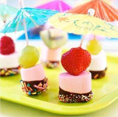 Kindertraktatie met Marshmallows en fruit, parasolletje erin!
