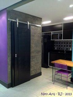 Referências urbanas e o uso de cores + madeira e armários Preto e Branco na cozinha - Casa Pro