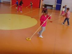 le hockey avec les GS Pediatric Physical Therapy, Physical Education, Kids Education, Gross Motor Activities, Group Activities, Physical Activities, Hockey, Sport Park, Sensory Integration