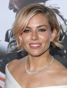 Sienna Miller Short Wavy Cut - Sienna Miller kept it short and chic with this wavy bob at the 'American Sniper' premiere. Short Hairstyles 2015, Side Bangs Hairstyles, Haircuts For Wavy Hair, Hairstyles Haircuts, Short Hair Cuts, Short Wavy, Bob Haircuts, Short Bangs, Short Blonde