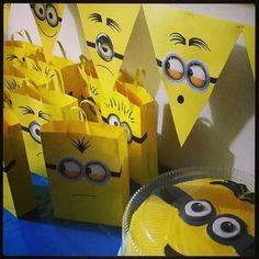 ¿Qué tal hacer un banner de banderines con papel de color amarillo con el rostro de Minions? #FiestasInfantiles