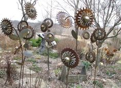 12 Ideas How To Create Unique Garden Art From Junk Rusty Flower Garden - Made out of welding corn planter plates, wind turbine ball bearings, flat washers, electrical box knockouts, screen door parts and rebar. From: Don's Daylily Divider