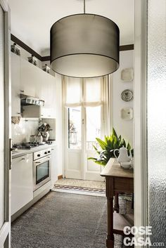 Sottotetto d'epoca: cementine restaurate in spazi eclettici - Cose di Casa Kitchen Ceiling Design, Kitchen Design, Interior Design Tips, Interior Decorating, Small Dining, Easy Home Decor, Home Staging, Modern Classic, Sweet Home