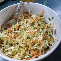 - Ensalada de repollo blanco , zanahoria y lechuga - El repollo es una formidable fuente de calcio . Condimentamos con aceite de oliva y abundante perejil picado . . . @swami1951
