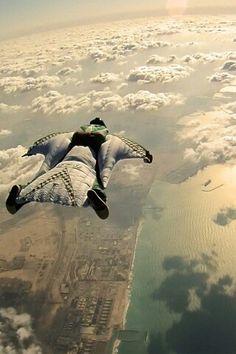wingsuit = manbird lanzarte con un traje de estos que loco  >.