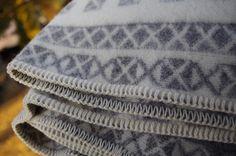Vlnená deka so severským vzorom – sivá | PODDEKOU