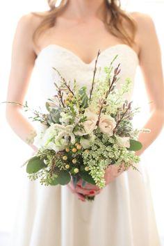 Vilda vårblommor. Syren, vide och hundkex. [Wild springflowers.] #wedding #bröllop #ecobride