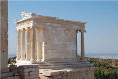 TEMPIO DI ATENA NIKE, 449-420 a.C. Callicrate. E' stato il primo edificio in stile completamente ionico dell'Acropoli; tutti gli altri edifici presentano originali fusioni di stile ionico e dorico. Un fregio continuo, alludente forse alla battaglia di Platea, ricinge la parte superiore dell'epistilio.