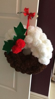 Christmas pudding wreath - Before After DIY Christmas Pom Pom Crafts, Diy Christmas Gifts, Christmas Projects, Christmas Crafts, Christmas Ornaments, Crochet Christmas Wreath, Christmas Swags, Burlap Christmas, Primitive Christmas