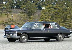 """上天皇皇后が移動に使用される『御料車』。その歴史は大正時代に遡り、大正天皇の即位時にイギリスから輸入された『デイムラー・ランドレー57.2HP』が史上初の自動車の御料車と言われています。その後も輸入車が採用され続けていましたが、初の""""国産""""御料車は、1967年から2005年まで40年近くもお役目を務めた、日産 プリンスロイヤルでした。 出典: 日産 プリンスロイヤル誕生の背景 出典:E6%97%A5%E7%94%A3%E3%83%BB%E3%83%97%E3%83%AA%E3%83%B3%E3%82%B9%E3%83%AD%E3%82%A4%E3%83%A4%E3%83%AB 1912年(大正元年)、皇室の移動手段が御料馬車から自動車の御料車に変更されました。 以来御料車に選ばれてきたのは、イギリスのデイムラーやロールス・ロイス、ドイツのメルセデス・ベンツやアメリカのキャデラックなどの欧米車でした。 当時の日本車は黎明期で、トラックの「いすゞ号」を中心に生産されており、皇族が乗るようなリムジンを製造する技術は持っていませんでした。… Nissan Infiniti, Cars And Motorcycles, Dream Cars, Toyota, Classic Cars, Racing, Vehicles, Prince, Passion"""