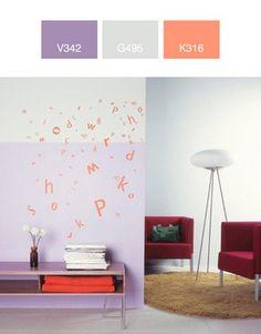 Designerska lampa umieszczona na tle neutralnej, podstawowej barwy sprawia wrażenie wyjątkowego eksponatu z galerii sztuki współczesnej.  Dzięki ciekawej aranżacji kolorystycznej drugiej ściany, nowoczesny klimat wnętrza nie pozostaje jednak nazbyt chłodny.  Pomarańczowa aplikacja uwydatniona na dwubarwnej ścianie, to wyrazisty i oryginalny motyw zdobniczy.