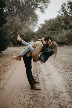 Trendy wedding couple photo shoot ideas 30 Sweet Autumn Engagement Photo Ideas - Oh Best Day Ever (no title) Trendy Wedding Couple Photoshoot Ideas 30 Sweet Fall Engagement Photo Ideas - Oh, the best day Engagement Photo Outfits, Engagement Shoots, Engagement Couple, Country Engagement, Fall Engagement, Photo Couple, Couple Shoot, Love Couple, Couple Photoshoot Ideas