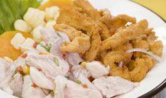 El ceviche es un plato típico de Perú, no solo lo encuentras en restaurantes sino en las famosas carretillas. Aquí te enseñamos a prepararlo. Chicharrones, Peruvian Recipes, Sashimi, Fish And Seafood, Recipe Collection, Starters, Potato Salad, Shrimp, Chicken