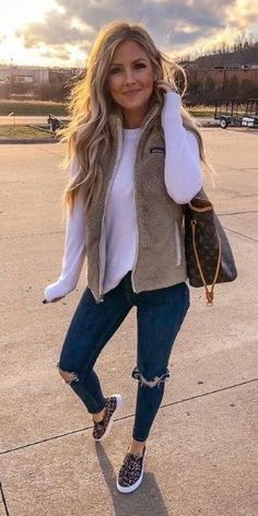 White long-sleeved shirt and beige vest casual comfy outfits, trendy outfits, cute Cute Casual Outfits, Short Outfits, Outfits With Vests, Lazy Outfits, Casual Shorts, Girls Night Outfits, Casual Shopping Outfit, Cute Outfits For Fall, Cute Travel Outfits