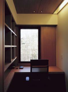 酷暑の時期,長期滞在する時にお仕事の対応をするための書斎. 四畳ちょっとの小さな空間ですが,落ち着いた色合いの造り付けの家具で構成された空間では,外の緑がよく映えます.