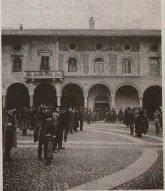 Foto d'epoca raffigurante le campionature di restauro eseguite dal Rusca nel 1903  http://passionarte.wordpress.com/2012/12/05/piazza-ducale-di-vigevano-i-restauri-dei-primi-anni-del-novecento/#
