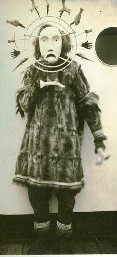 M. S. Stranger - Alaska Sea Scout Expedition of 1937- inuit with mask.  Ideas para contextualizar un retrato o escenificar una toma.