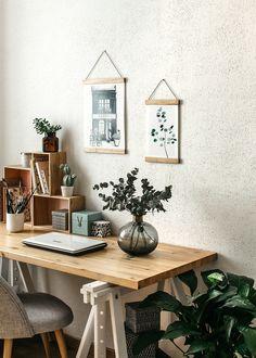 Leanna Earle: [Diy] Un porte-affiche en bois ! Bedroom Inspo, Office Desk, Gallery Wall, Interior Design, Frame, Table, Image Originale, Furniture, Home Decor