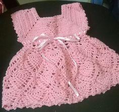 Vestido para recien nacido  hecho de hilo antialergico  en color rosado con finas terminaciones.  incluye las botitas