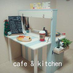 カウンターを出してcafeに変身♥ パリのカフェ風w これなら母もおままごと楽しめちゃいます(^^♪ あーかわいい(,,> <,,)♡ インテリアとしてもgood! #ままごとキッチン #2歳誕生日プレゼント #DIY #手作り #インテリア #Cafe #カフェ風 #2way #黒板