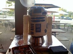 R2D2 cake by holly speakes.