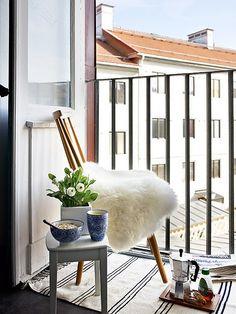 Klein frans balkonnetje #balkon_inspiratie #klein_balkon #zomer #balkon_inrichten | www.balkonafscheiding.nl