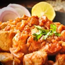 Dry Chicken Curry Rich in proteins, this delectable chicken recipe is low on fat and takes care of your metabolism, as well as your joints and bones. Low Carb Recipes, Cooking Recipes, Healthy Recipes, Healthy Meals, Low Fat Chicken Curry, Low Fat Low Carb, Indian Food Recipes, Ethnic Recipes, Rich In Protein