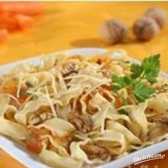 Wstążki z pomidorami i orzechami włoskimi