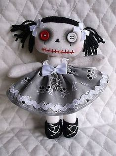 5 Creative Ideas of Halloween Decoration for Your Halloween Party Zombie Dolls, Scary Dolls, Ugly Dolls, Voodoo Dolls, Doll Crafts, Diy Doll, Halloween Doll, Halloween Party, Gothic Dolls