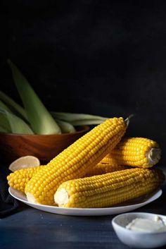 Εσείς ξέρετε το μυστικό για το καλύτερο, ζουμερό βραστό καλαμπόκι; Αυτή η απλή και γρήγορη συνταγή θα σας δώσει το πιο γευστικό καλαμπόκι που φάγατε ποτέ! #καλαμπόκι #βραστό #νηστίσιμα #καλοκαιρινό #ορεκτικό #υγιεινά #χορτοφαγικό #χωρίς-γλουτένη #σνακ #για-παιδιά Quick Recipes, Crockpot Recipes, Corn Recipes, Healthy Recipes, How To Make Corn, Balsamic Glazed Chicken, Recipe Maker, Stewed Potatoes, Unprocessed Food